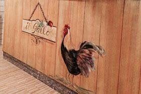 muro in legno con disegnata l`insegna del ristorante