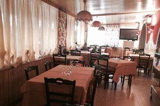 salone del ristorante con televisione