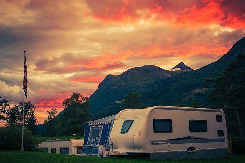 I colori del tramonto illuminano i loro roulotte