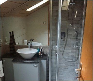 toilette con doccia moderna