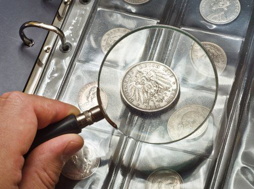 lente d'ingrandimento su una moneta