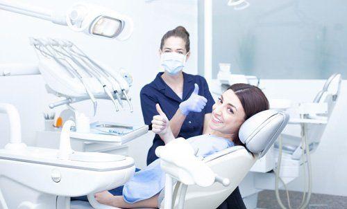 la dentista e la paziente nella sala che sorridono