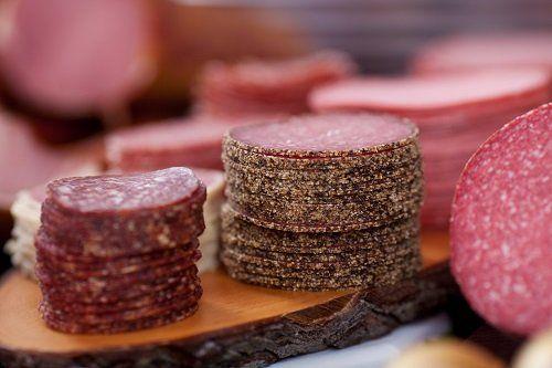 fette di salame su tagliere