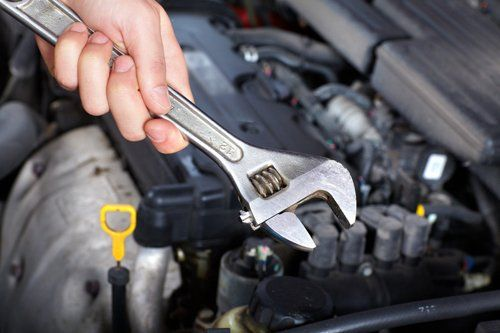 meccanico con chiave inglese in mano