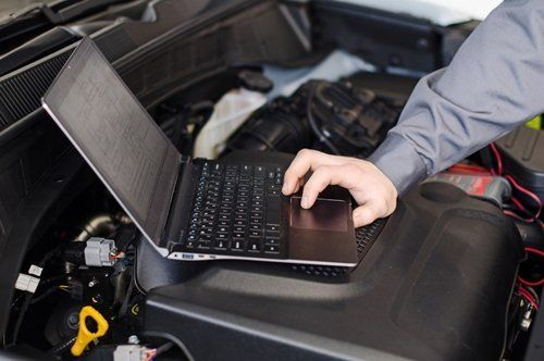 meccanico fissa i parametri di una batteria tramite un computer