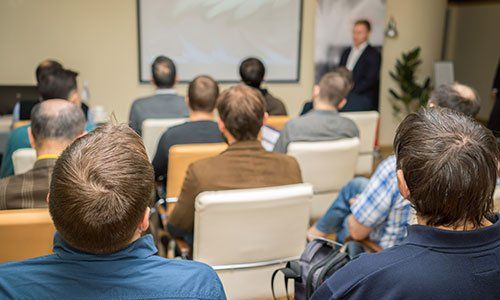 persone sedute in una sala conferenze