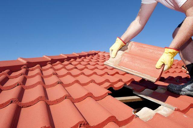 La ditta provvede, inoltre, al montaggio (o al restauro) dei tetti