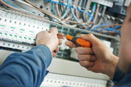 l'installazione e la manutenzione di impianti elettrici