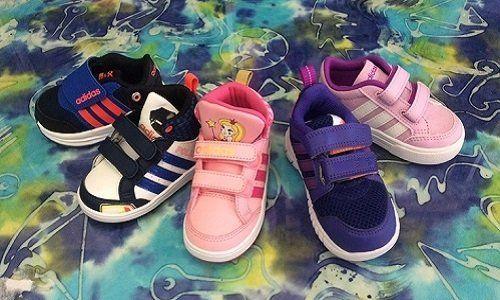delle scarpe per bambini