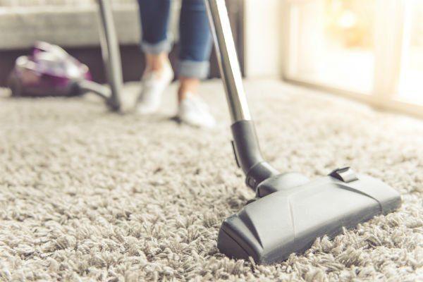 un aspirapolvere su un tappeto grigio
