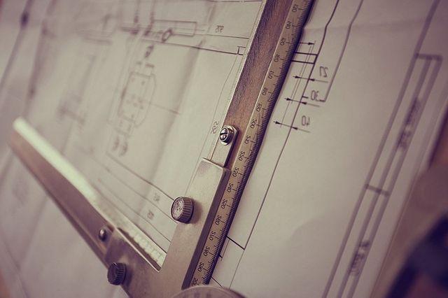 Primo piano di tavolo di lavoro di un architetto con le regole di calcolo