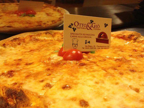 la nostra pizza viene cotta nel forno a legna, per un'esplosione di gusto e fragranza.