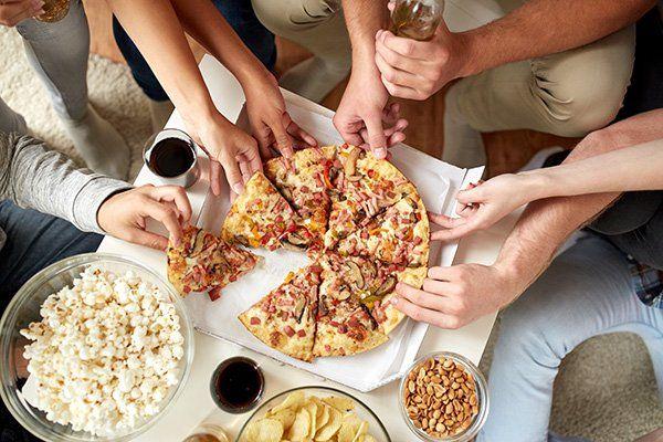 Notte di amici: pop corn, patatine fritte,arachidi, un bicchiere di vino e ....pizza di bacon e funghi gigante per condividere