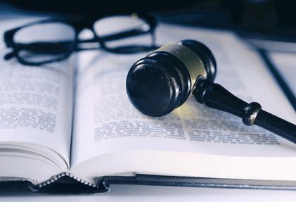 Martello giudice e gli occhiali sul libro-Massa