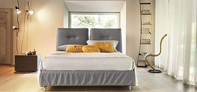 camera da letto con cuscini gialli