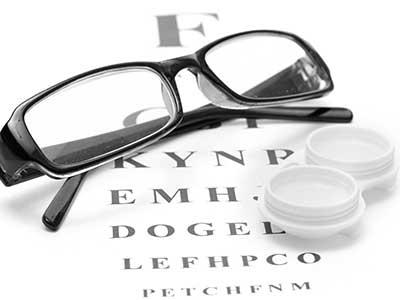 Occhiali da vista e porta lenti su tabella di misurazione per il  test della vista