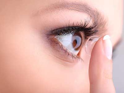 Donna mentre indossa una lente a contatto