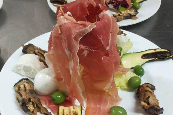piatto a base di prosciutto crudo, mozzarella, zucchine melanzane e olive a Salerno