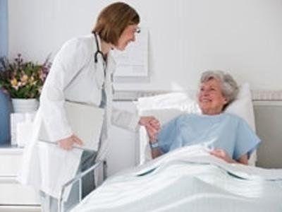 medico parla con paziente anziana in casa di riposo