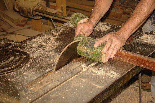 falegname taglia un pezzo di legno a Morbegno