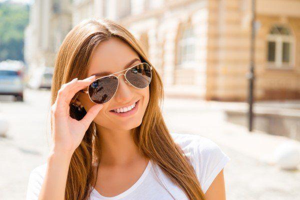una donna con occhiali da sole