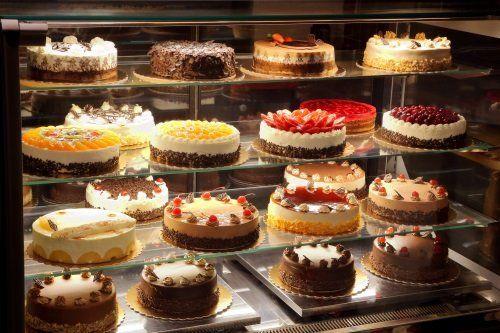 una vetrina con delle torte