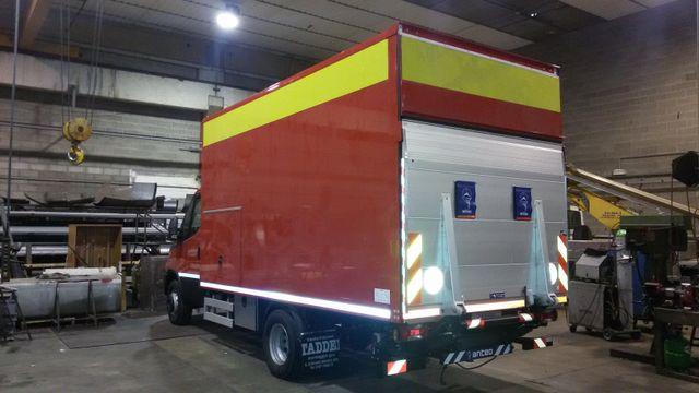 furgone con rimorchio rosso e giallo