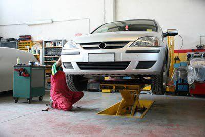 meccanico controlla un'auto