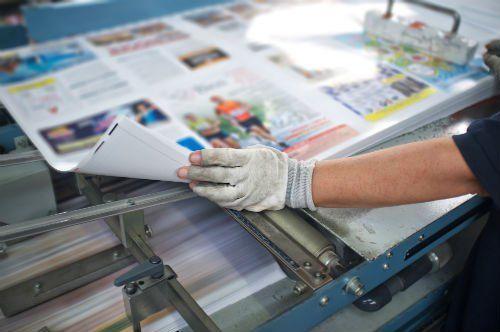Un operatore mentre effettua il controllo di un giornale appena stampato