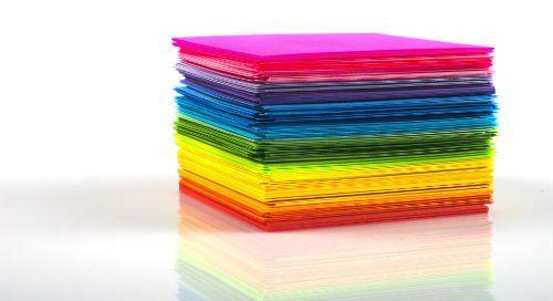fogli colorati impilati