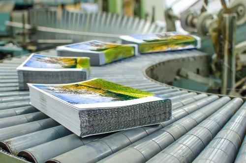 Una serie dis tampe su un rullo per movimentazione in catena di produzione