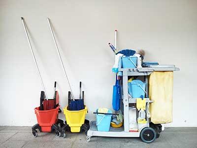 un carrello per le pulizie con articoli sanitari
