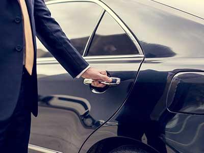 Autista che apre la portiera di una macchina
