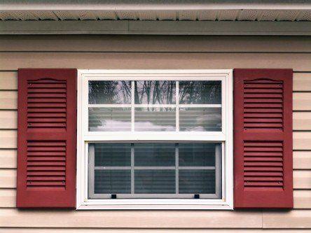 Finestra scorrevole di PVC bianco e contro finestre di PVC rosse