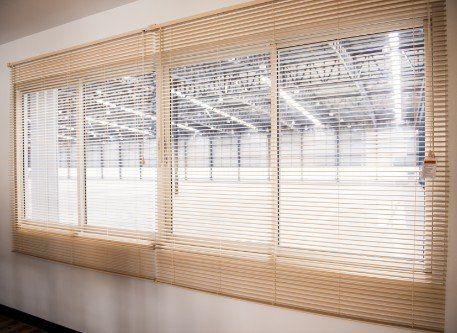 Doppia finestra di PVC bianco e persiana veneziana di colore legno
