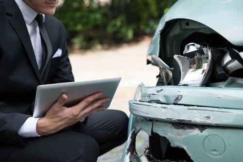 Uomo controlla una macchina dopo un'incidente a Pesaro