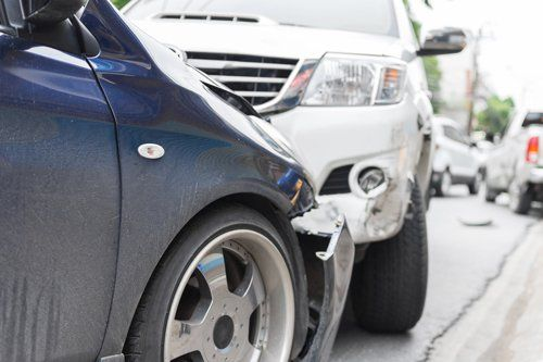 Vista di un'incidente tra due macchine a Pesaro