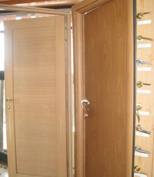 Porte in legno e maniglie di DAS porte e infissi a Roma