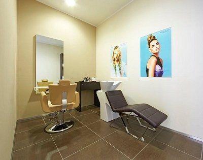 delle sedie e uno specchio all'interno di un negozio di parrucchieri