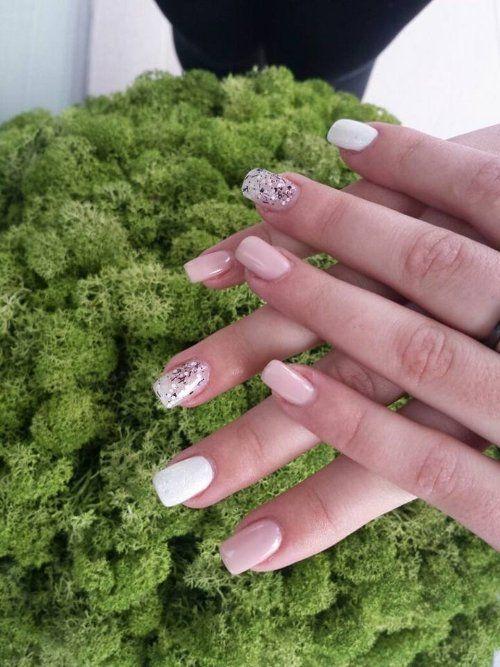 delle mani e le unghie con dello smalto