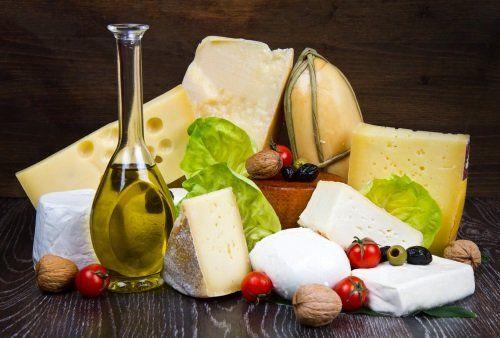 Vari tipi di formaggio su legno