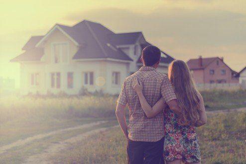coppia davanti a una nuova casa