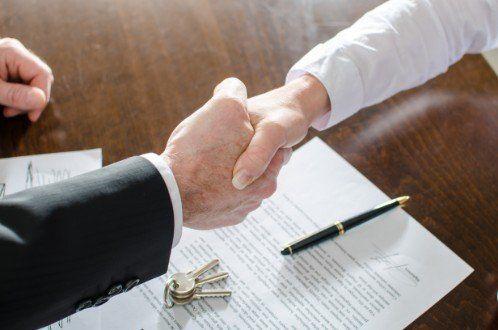 proprietario e inquilino firmano contratto locazione