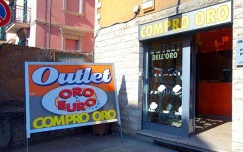 Esterno gioielleria con cartellone pubblicitario