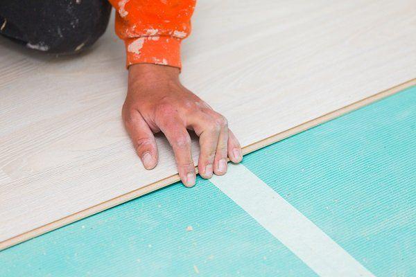 operaio mentre prende le misure di un pavimento