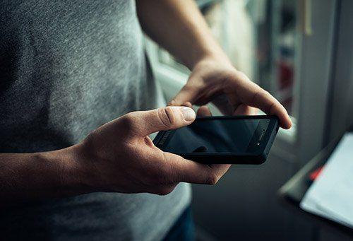 telefono cellulare in mano ad una persona