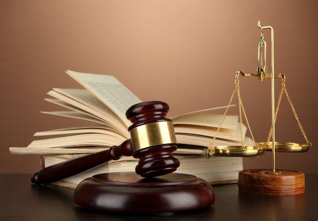 martelletto del giudice, libro e bilancia