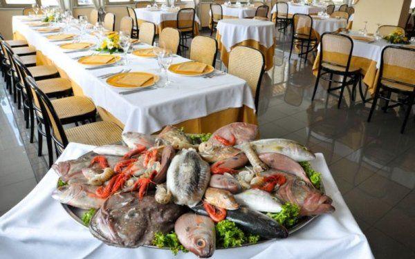 sala del ristorante con pesce sul tavolo