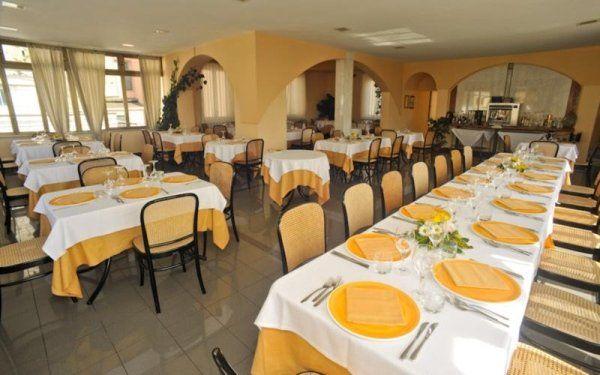 sala del ristorante con tavoli apparecchiati