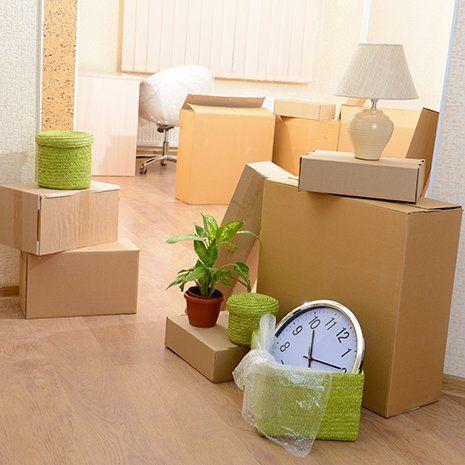 degli scatoloni con dentro degli oggetti